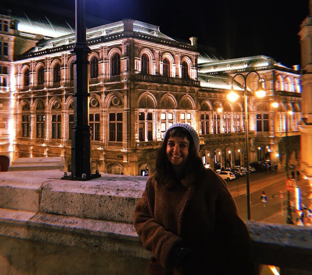 Essa sou eu morrendo de frio na frente da Ópera de Viena. Achei simbólico.